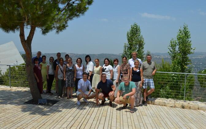 Kiviõli I Keskkooli ajalooõpetaja Jüri Käosaar (keskel kükitamas) koos teiste õpetajatega Jeruusalemmas.