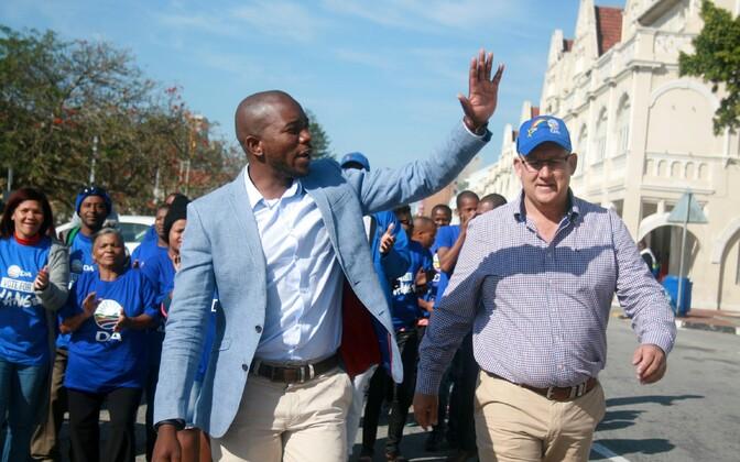 Demokraatliku Alliansi liider Mmusi Maimane ja Nelson Mandela Bay uus linnapea Athol Trollip.