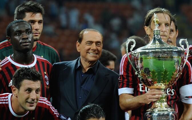 Silvio Berlusconi koos AC Milani mängijatega 2011. aastal.