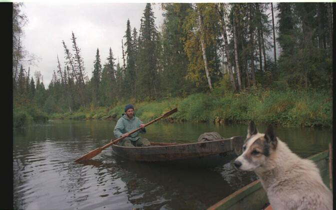 Komi jahimehi on kõige parem uurida metsas. Tartu ülikooli etnoloogia professor Art Leete aerutab jahionni poole, komi laika Tšip uurib, kus on laanepüüd.