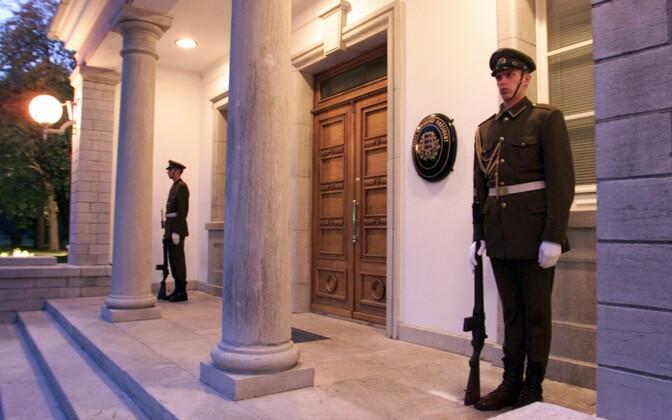 Vahisõdurid Kadriorus presidendilossi ees.