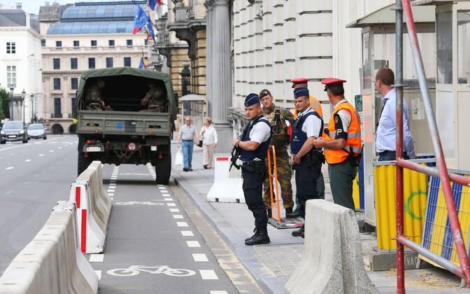 Politseinikud Belgia peaministribüroo juures Brüsselis, kus täna toimus eilse rünnaku teemal pressikonverents.