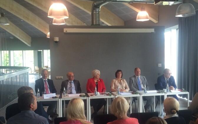 Foto presidendikandidaatide kohtumiselt Pärnumaa omavalitsustegelastega.
