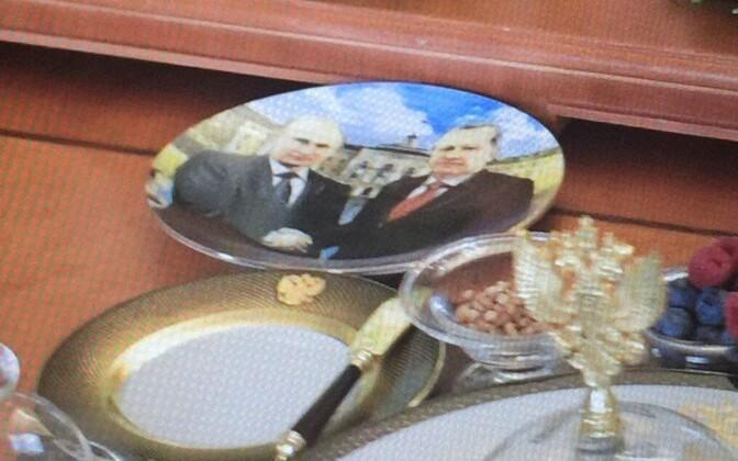 Lõunasöögi ajal sõid riigipead enda piltidega taldrikute pealt.