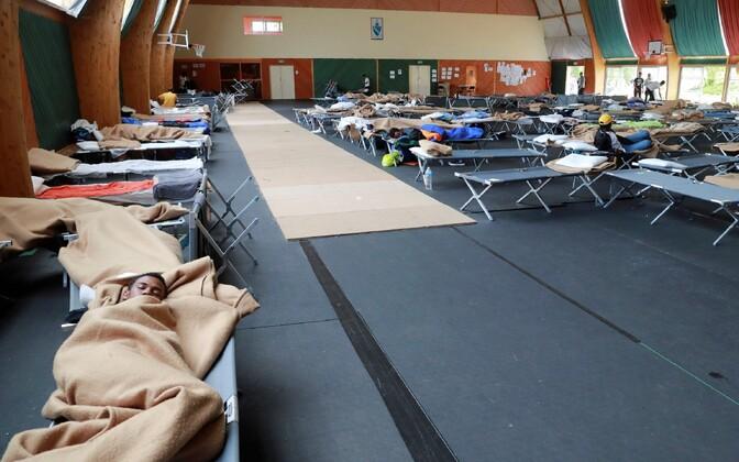 Pariisis Pailleux' gümnaasiumisse majutatud migrandid välivoodites magamas.