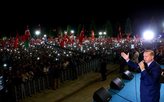 Erdogan 10. augustil koos presidendipalee juurde kogunenud poolehoidjatega.