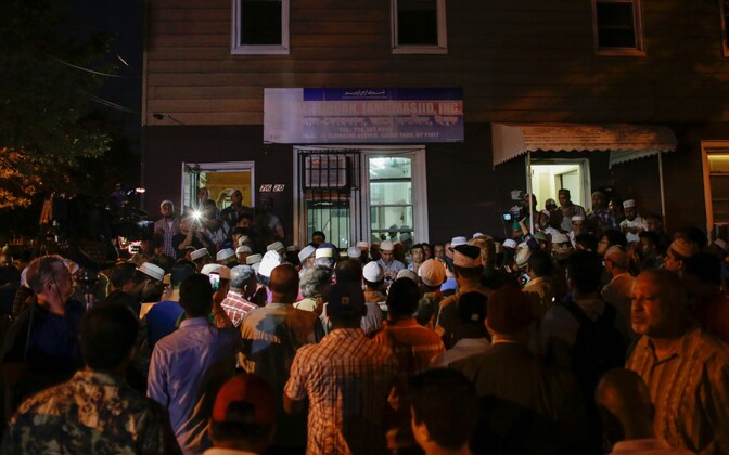 Kogukonna liikmed kogunesid mošee juurde oma liikmeid palves leinama.