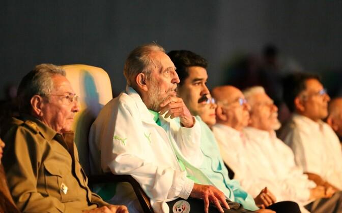 Fidel Castro istub oma 90. sünnipäeva tähistamisesl Havannas venna Raul Castro ja Venezuela presidendi Nicolas Maduro (paremal) vahel.