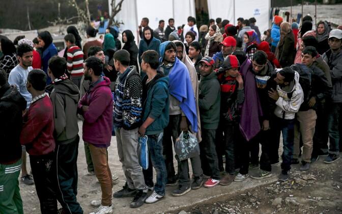 Põgenikud seisavad toidujärjekorras laagris Kreeka Lesbose saarel.
