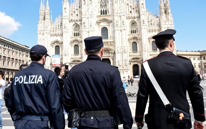 Itaalia korrakaitsjad Milano toomkiriku juures.