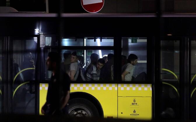 Riigipöördekatses süüdistatud Türgi sõdurid politseibussis.