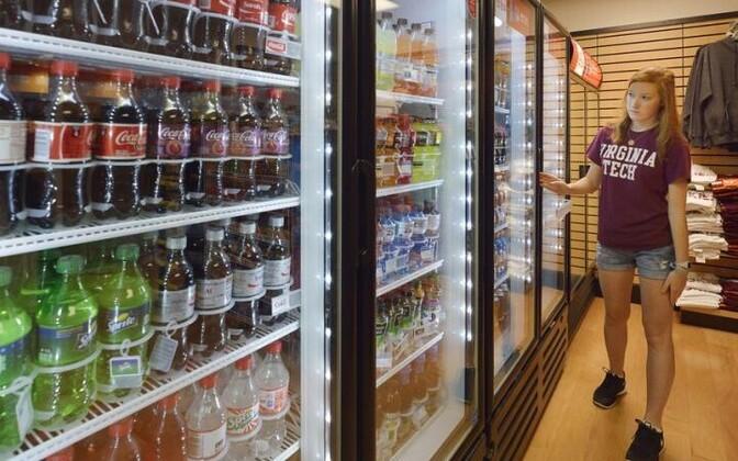 Витрина со сладкими напитками в магазине.