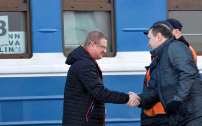 """Kornilov kohtub Balti jaamas Baltnewsi projekti käivitaja Vladimir Lepehhiniga (vasakul), keda kapo aastaraamat nimetab Kremli propaganda """"halva tahte saadikuks""""."""