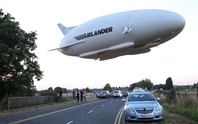 HAV 304 Airlander 10 hübriidõhulaev maantee kohal Bedfordi lähedal Inglismaal oma esmalennul.