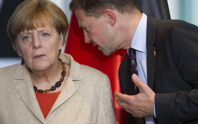 Liidukantsler Angela Merkel (vasakul) ja valitsuse pressiesindaja Steffen Seibert.