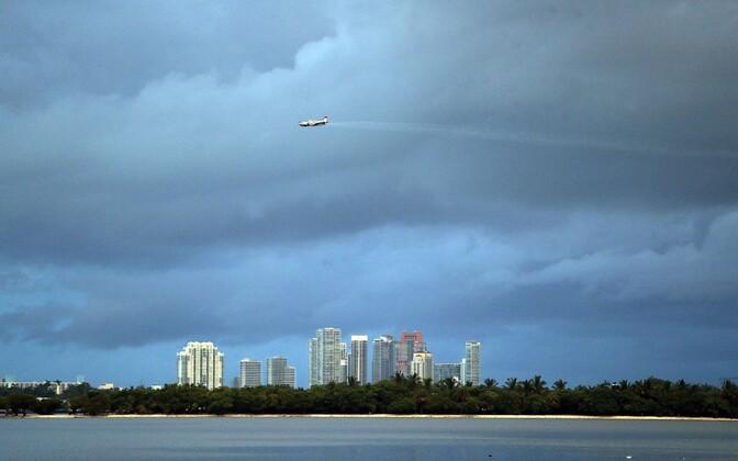 Pestitsiide puistav lennuk Miami kohal.