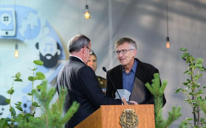 President Toomas Hendrik Ilves andis tänavuse iseseisvuse taastamise tänukivi Eesti loomeliitudele. Kivi võttis vastu arhitekt, poliitik ja saatejuht Ignar Fjuk.
