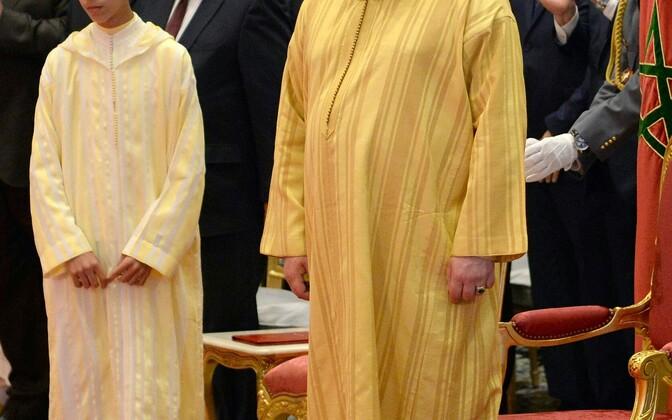 Maroko kuningas Mohammed VI, vasakul kroonprints Hassan III.
