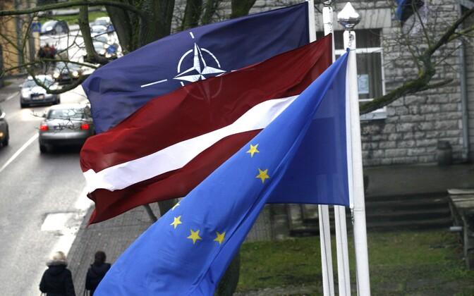 Lipud Läti Tallinna suursaatkonna juures.