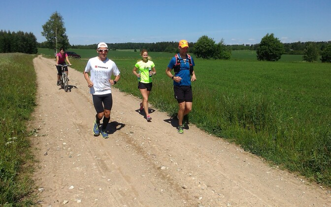 Rait Ratasepp Eesti ultratriatloni viiendal päeval jooksmas neljandat maratoni. Jooksul oli alati kaasas saatemeeskond, kelleks sellel pildil olid Silva Suvi, Kristi Aruküla ning spontaanselt liitunud Elmo Soomets.