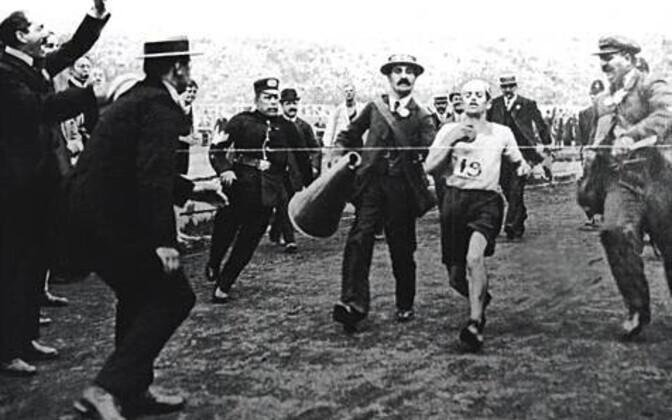 1908. aasta Londoni olümpiamängudel tühistati Dorando Pietri jooks talle viimastel meetritel osutatud abi kasutamise tõttu.