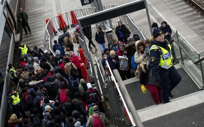 Varjupaigataotlejad ja Rootsi politseinikud Malmö raudteejaamas rändekriisi kõrghetkel 2015. aasta novembris.