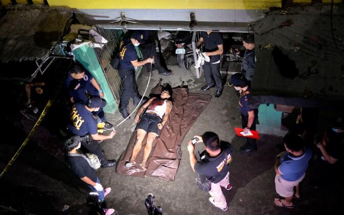 Politsei poolt tapetud mees Manila tänaval 18. augustil.