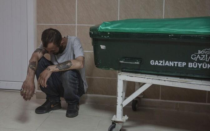 Gaziantepi elanik kirstu kõrval leinamas.