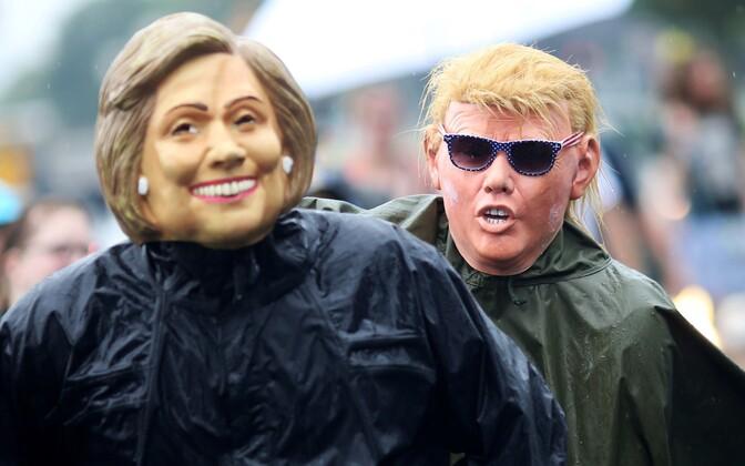 Clintoni ja Trumpi maske kandvad meeleavaldajad.