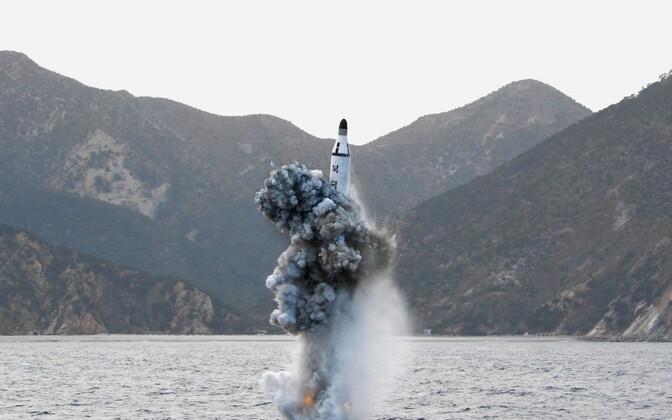 Põhja-Korea poolt avaldatud foto ballistilise raketi väljalaskmisest allveelaevalt.