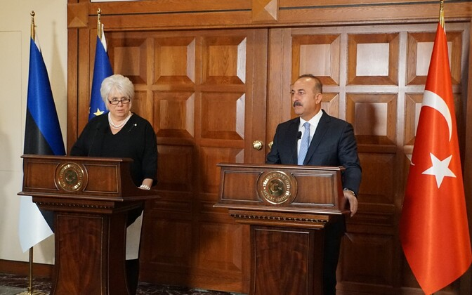 Marina Kaljurand ja Mevlüt Çavuşoğlu.