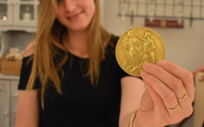 Marta Tarkanovskaja sai kaheks minutiks käes hoida Klaus von Klitzingu Nobeli preemia medalit.