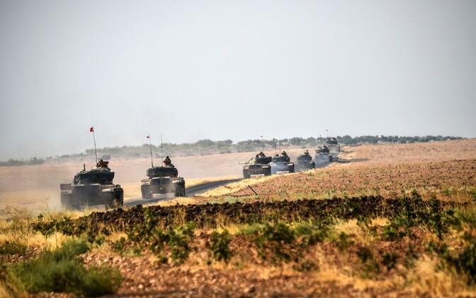 Türgi tankid Süüria piiri ületamas.