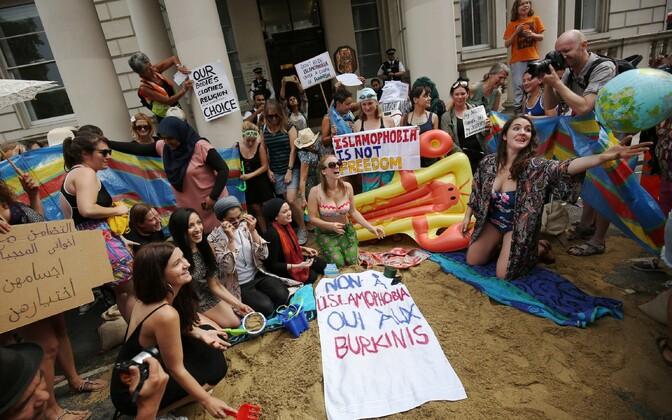 Meeleavaldajad eile Londonis Prantsuse saatkonna ees.