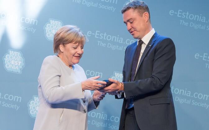 Angela Merkel sai Taavi Rõivaselt küll e-residendi stardikomplekti, kuid pangakonto avamiseks peaks ta näitama enam seotust Eestiga.