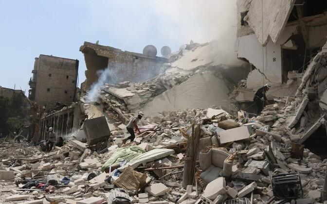 Süüria päästjad plahvatuses hävinenud hoonest ohvreid otsimas.