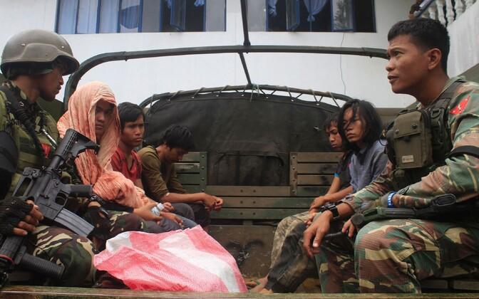 Maute võitlejad 23. augustil politsei valvel all. Selle rühmituse võitlejad on korraldanud Marawis ja Lanao del Suris mitmeid pommiplahvatusi ja inimrööve.
