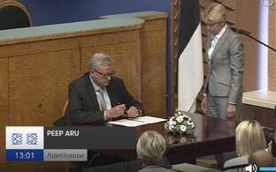 Peep Aru ametivannet allkirjastamas.