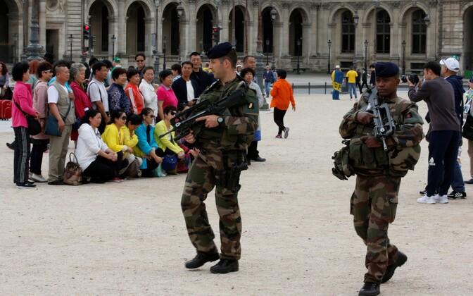 Prantsuse sõdurid ja Hiina turistid Pariisis.