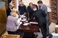 Valimiskomisjoni liikmed loevad 2016. aasta presidendivalimiste esimeses voorus riigikogu liikmete antud hääli.