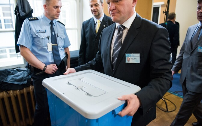 A National Electoral Committee member carrying the ballot box at the 2016 presidential elections in the Riigikogu.