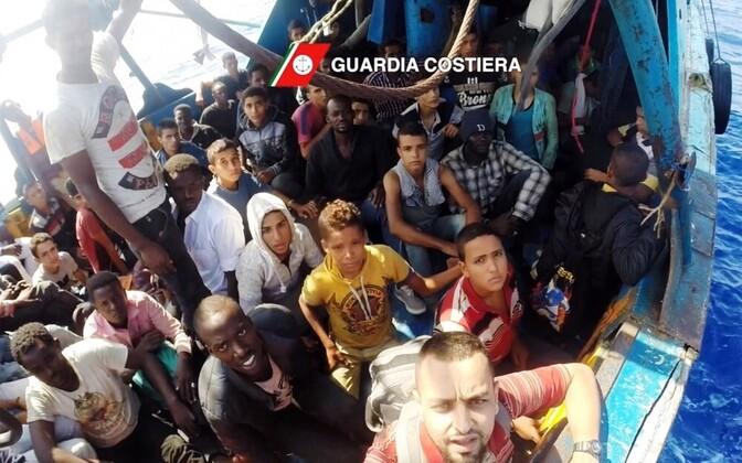 Спасенные беженцы в Средиземном море.