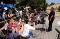 Politsei ja meedia Chris Browni maja ees