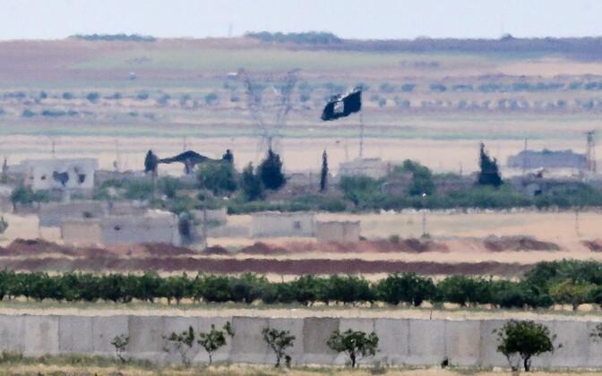 ISIS-e lipp Süürias Türgi piiri lähistel.