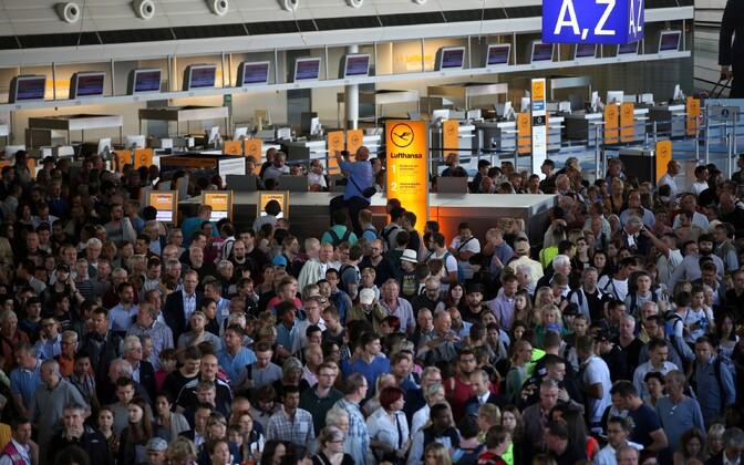 Inimesed Frankfurti lennujaamas pärast 1. terminali evakueerimist.
