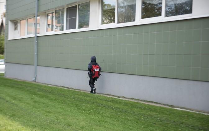 Mõni laps istub juba enne seitset koolibussi, et kaheksaks tundides olla.