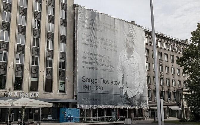 Tallinlased riputasid Dovlatovi sünniaastapäeva puhul Vabaduse väljakule kirjanikust hiiglasliku portree