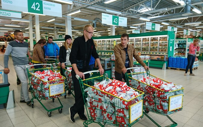 Members of Estonian Young Farmers buy out entire stock of cheapest milk for sale at Sõbra Prisma in Tartu.