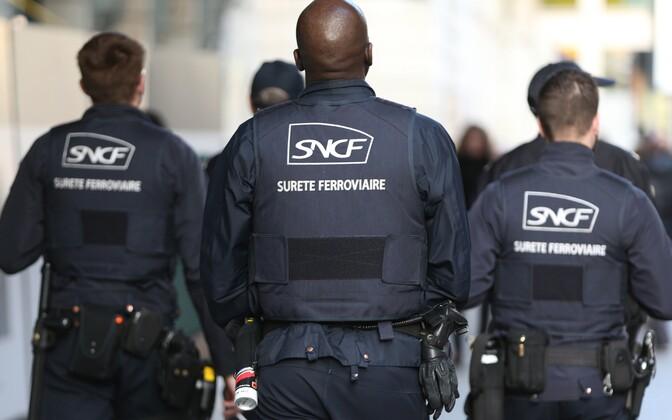 SNCFi turvatöötajad Pariisis Gare Sain Lazare' raudteejaamas.
