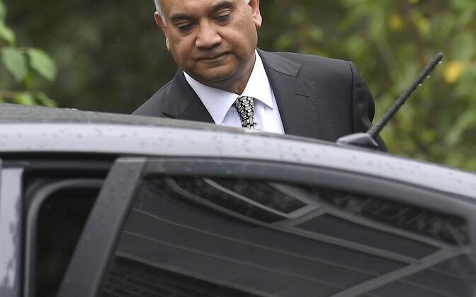 Keith Vaz skandaali puhkemise järel oma kodust lahkumas.